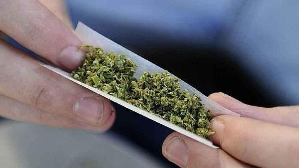 Según datos del Ministerio de Sanidad, un millón de personas fuman a diario marihuana o hachís .