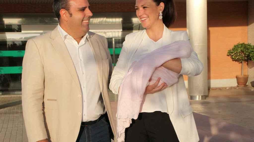 Julio Ruz y María Jesús Ruiz muestran a su bebé recién nacido, el pasado julio.