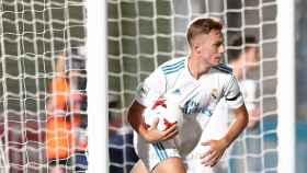 Dani Gómez recogiendo el balón tras marcar gol