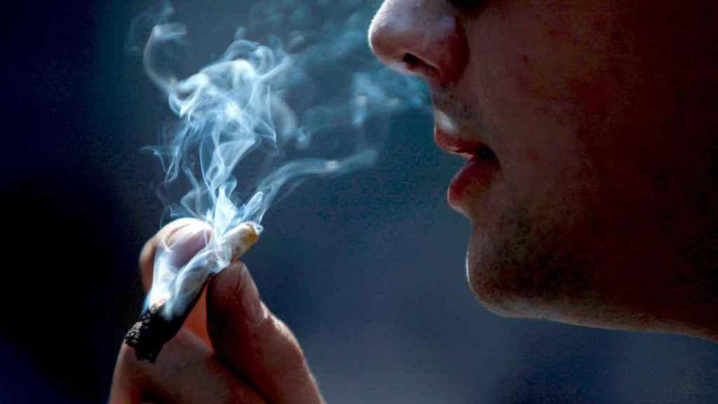 Si te fumas un porro, no conduzcas en varios días: la DGT te pillará