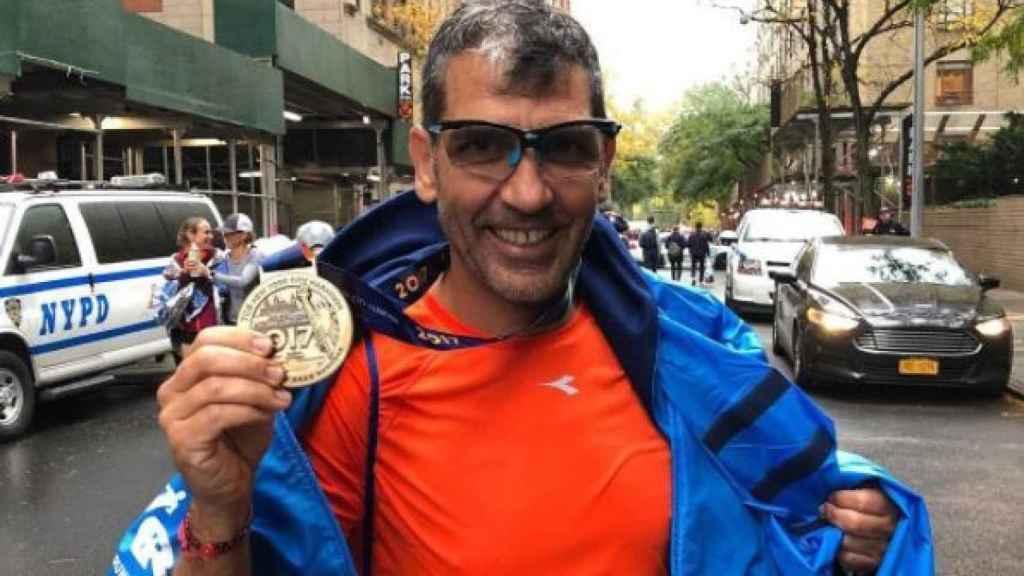 Paco Roncero mostrando con orgullo su medalla.