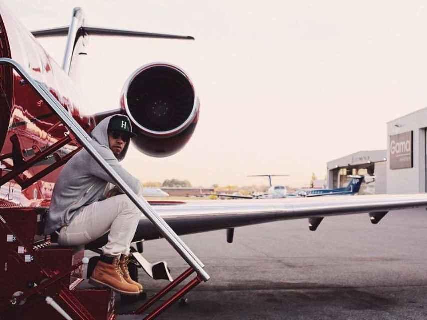 Lewis Hamilton posa con su avión privado en una imagen de Instagram.