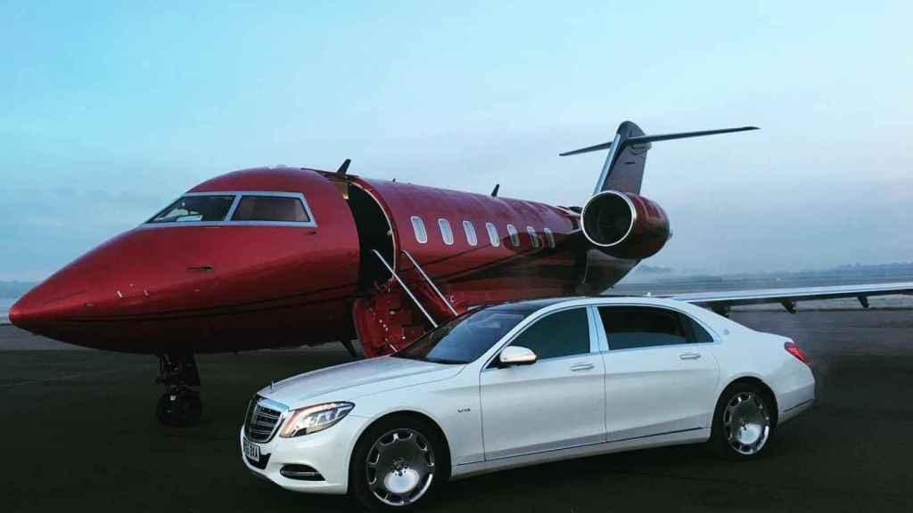 Uno de los coches de lujo de Hamilton junto a su avión privado.