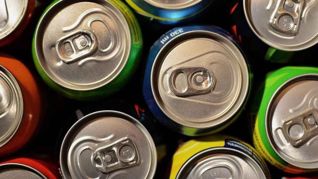Unas latas de bebidas azucaradas.