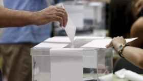 Imagen de un ciudadano depositando su voto en una urna.