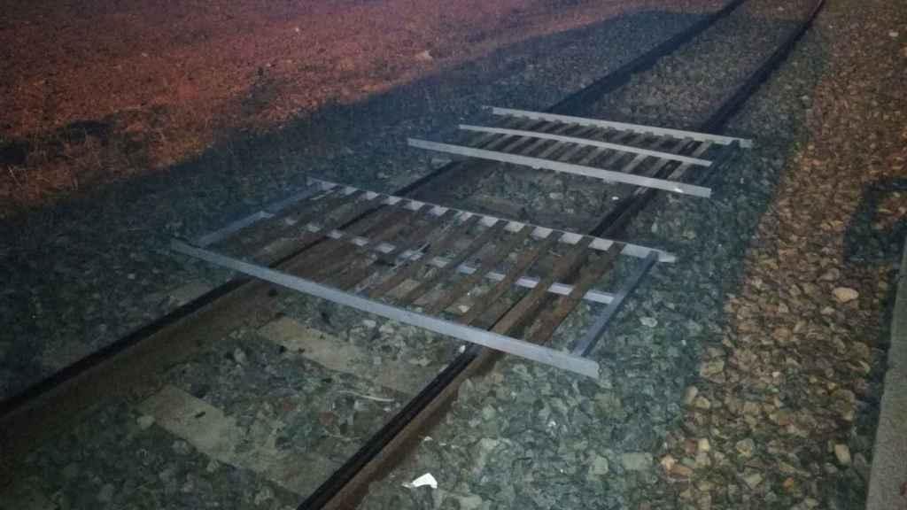 Imagen del sabotaje a las vías del tren de Cercanías en Barcelona.