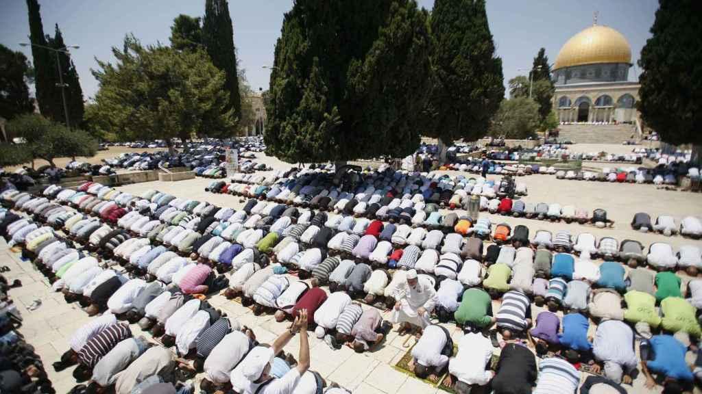 Musulmanes rezando en el primer día del Ramadán