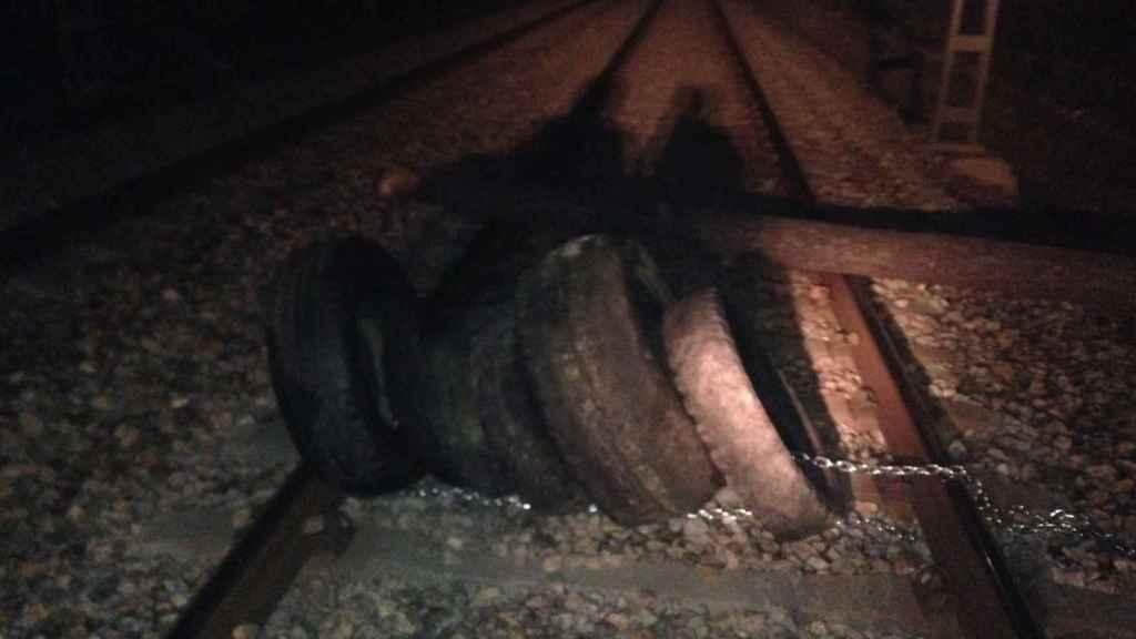 Imagen del sabotaje a las vías de Cercanías en Barcelona.