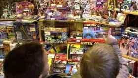 Dos niños miran un escaparate de juguetes, en una imagen de archivo.