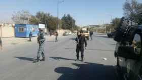 La policías de Afganistán vigila la zona de un ataque en Kabul.