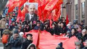 Banderas soviéticas en la manifestación en Moscú