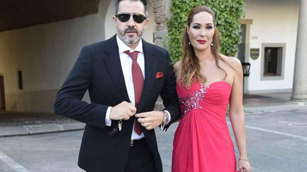 Con su marido en la boda de su prima Rocío Carrasco.