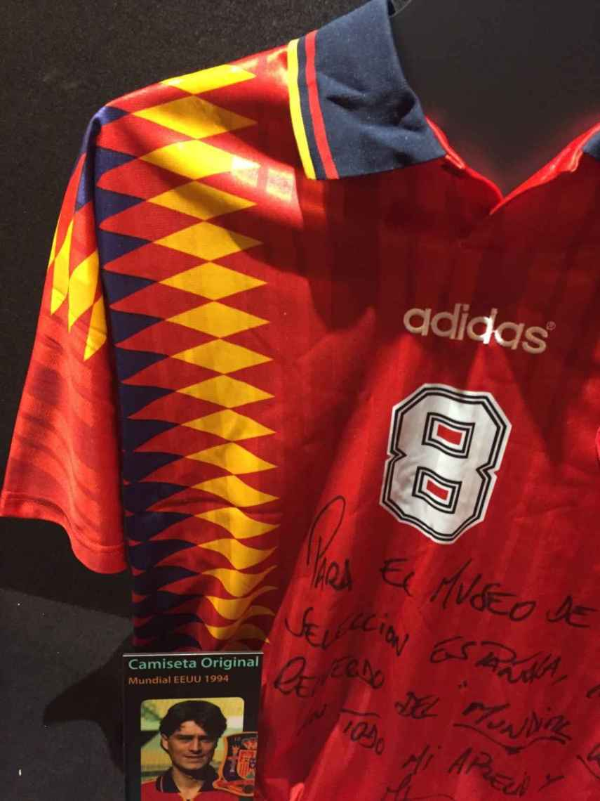 Camiseta original del Mundial 1994, con los mismos colores, firmada por Julen Guerrero.