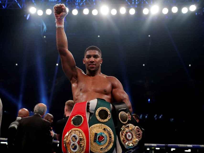 Anthony Joshua con sus cinturones de campeón del mundo.