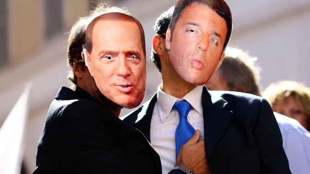Manifestantes del Movimiento de 5 estrellas con caretas de Berlusconi y Renzi