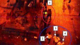 Tras la violación. Las imágenes muestran cómo uno de los sevillanos (1) ayuda a la joven a bajar de una estatua mientras (2,3,4) el resto del grupo sevillano se acerca a ella.