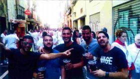 El 6 de julio de 2016 por la tarde, varias horas antes de la presunta violación, los miembros de La Manada disfrutan de las calles de Pamplona.