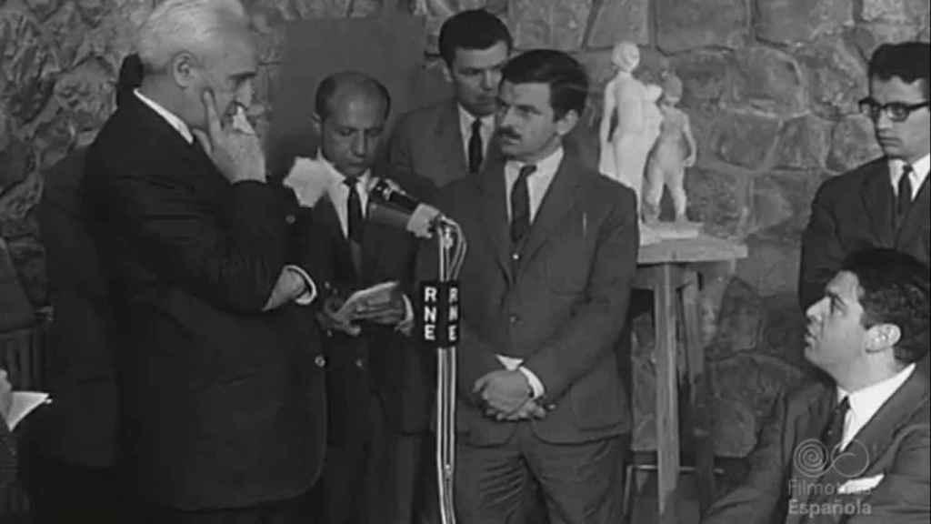 El NO-DO cubrió la rueda de prensa de Severo Ochoa en el estudio del escultor Sebastián Miranda.