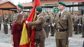 Raquel Menéndez, de 23 años, jura bandera en el acuartelamiento de Aizoáin (Navarra).