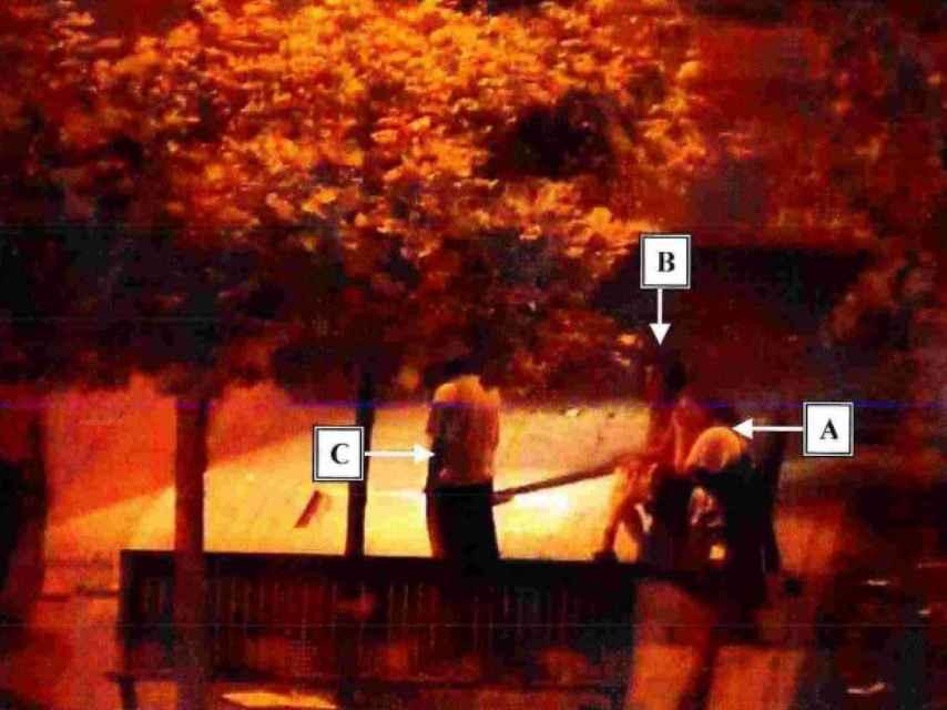 Momento captado por las cámaras de vigilancia de Pamplona en el que la joven denuncia su violación ante la Policía Local.
