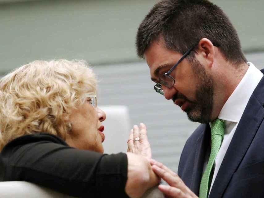 La alcaldesa y el delegado del área, Carlos Sánchez Mato.