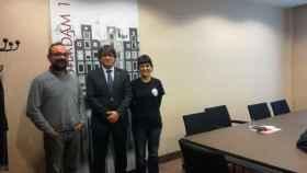 Puigdemont, con los diputados de la CUP Anna Gabriel y Benet Salellas, este viernes en Bruselas.