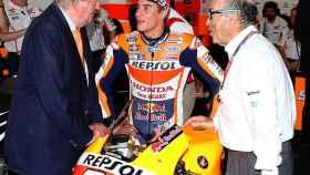 Ezpeleta (d), junto a Marc Márquez (c) y el Rey Juan Carlos, en un Gran Premio.