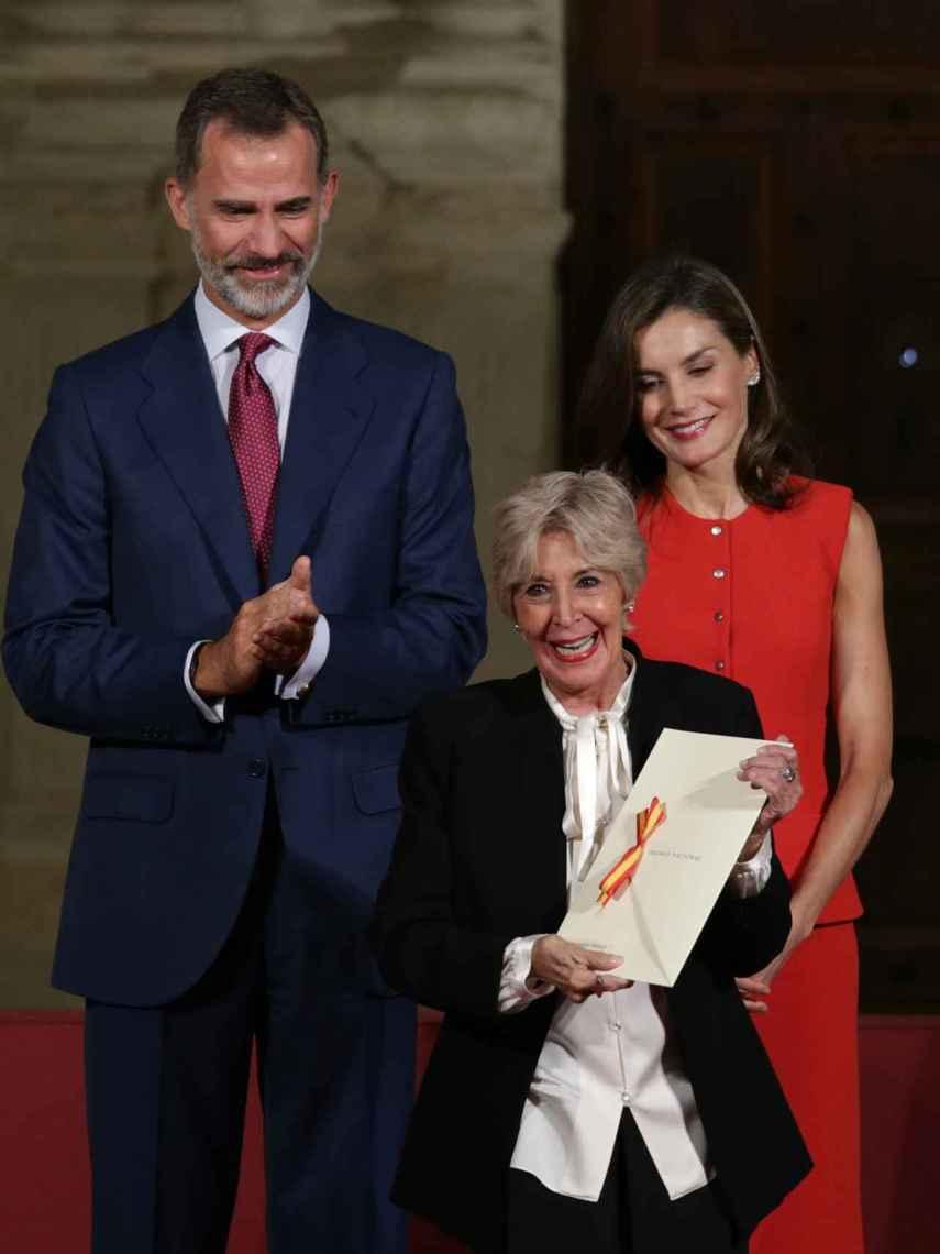 Felipe VI y Letizia junto a Concha Velasco.