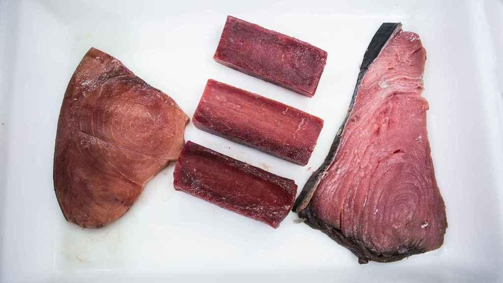 A la izquierda, un filete teñido con zumo de remolacha. En el centro, tres trozos de atún rojo de almadraba. A la derecha, un chuletón de atún rojo comprado en un mercado de Madrid.