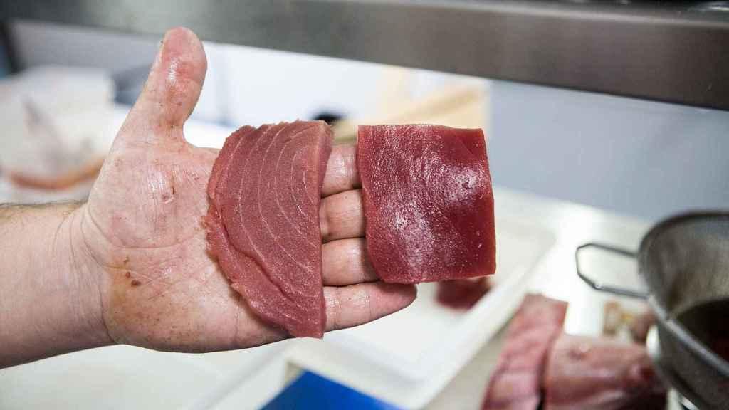 Los colores cambian entre la distinta crianza del atún rojo. A la izquierda, un trozo de atún rojo criado en piscina. A la derecha, uno de almadraba.