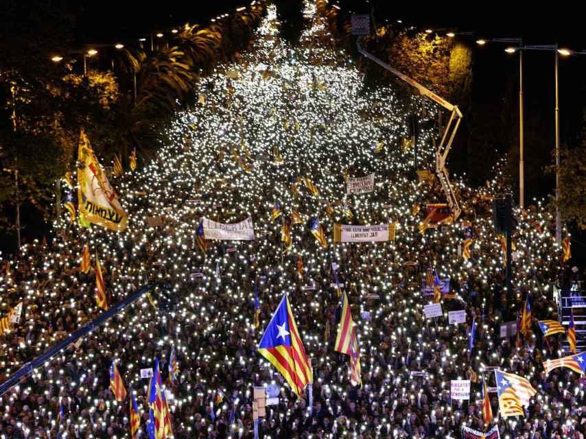 Miles de manifestantes encienden las linternas de sus móviles este sábado en Barcelona.