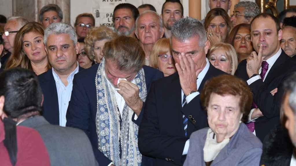 Edmundo Arrocet, pareja de María Teresa Campos, hundido en la misa funeral.