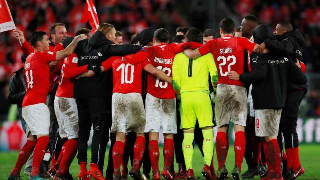 Los jugadores de la selección suiza celebran su pase al Mundial.