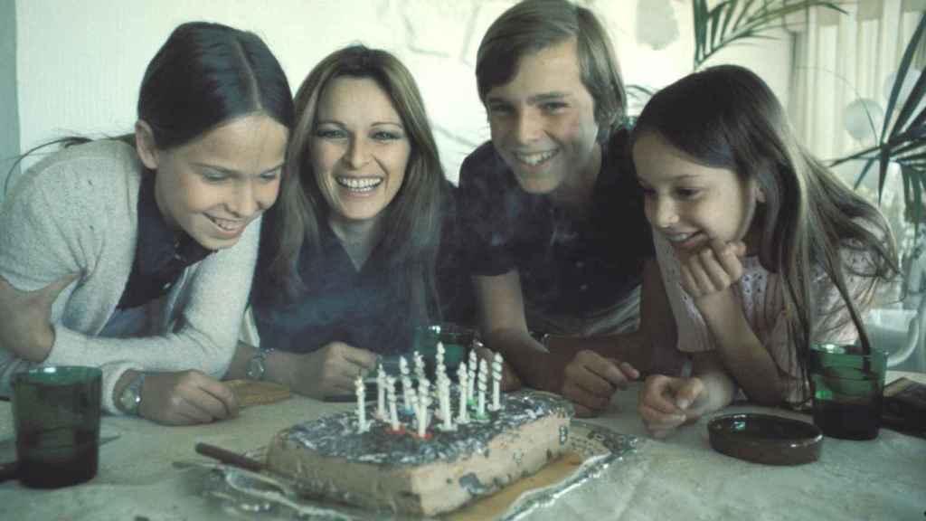 Lucía Bosé con sus tres hijos.