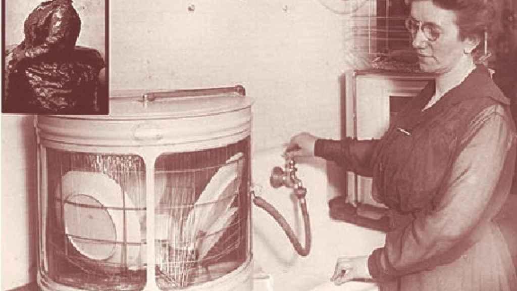 Josephine Garis Cochran con uno de los primeros lavavajillas.