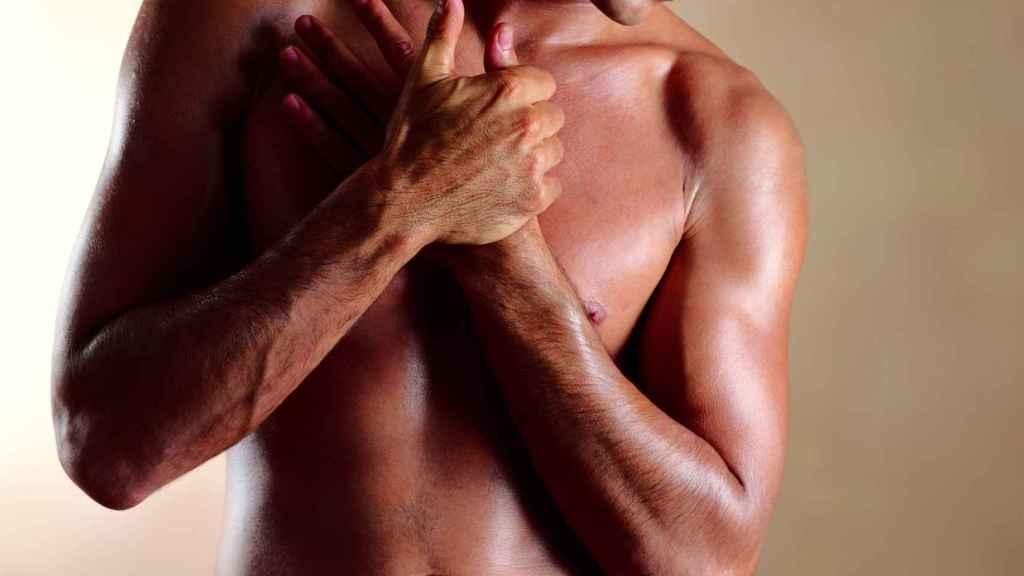 Un hombre con la mano sobre el corazón.