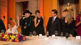 La reina bailando junto al cantante Taboo.