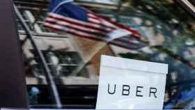 La firma de Uber con la bandera estadounidense de fondo.