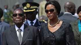 Grace Mugabe junto a su marido, el ex presidente Robert Mugabe