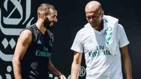 Benzema habla con Zidane durante un entrenamiento.