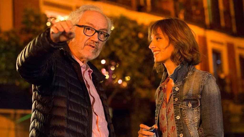 El director junto a Michelle Jenner.