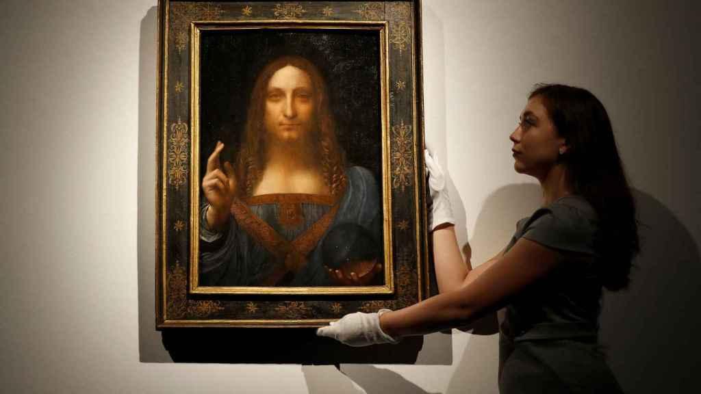 Personal de la casa Christie's muestra la obra Salvator Mundi, de Leonardo Da Vinci.