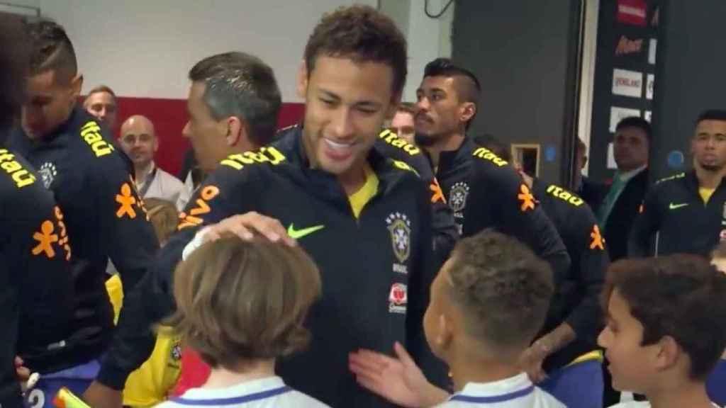 Neymar le explica a un niño su fichaje por el PSG