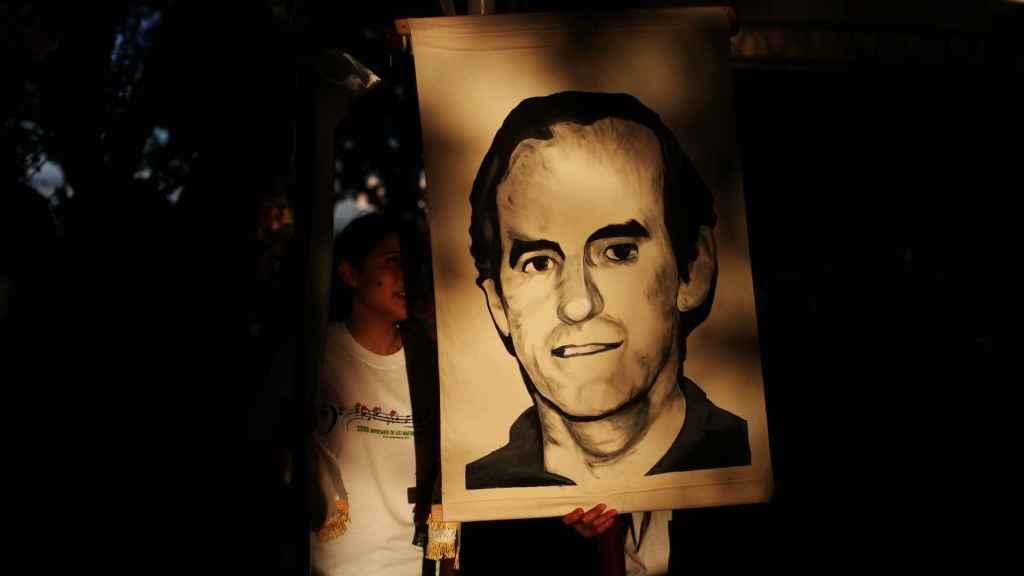 Un grupo de estudiantes de San Salvador sujeta un retrato del jesuita Ignacio Ellacuría.