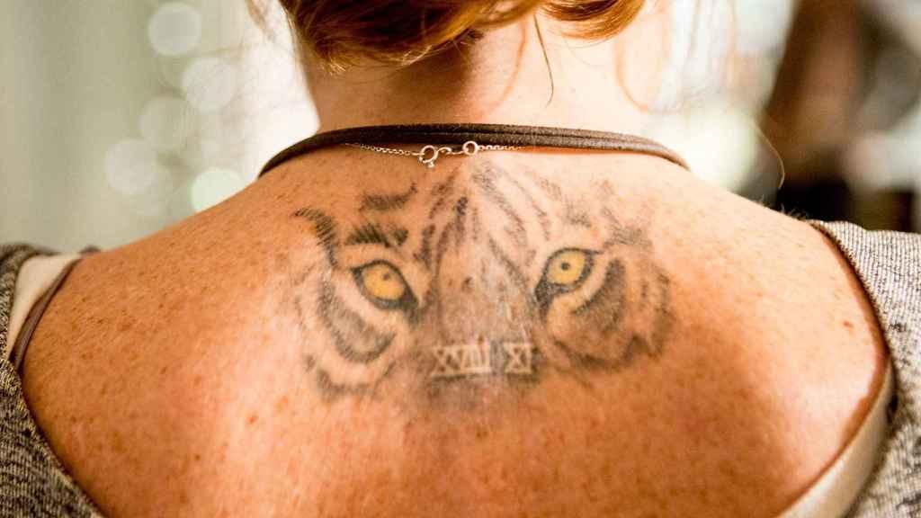 Fotografía del tatuaje que luce su madre en honor a la canción favorita de Nicolás.