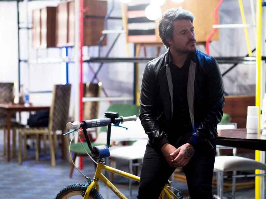 Dani Martín junto a la bicicleta de su infancia. Moeh Atitar.