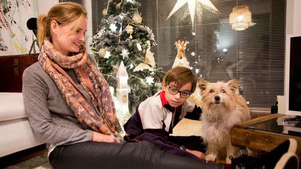 El perro Max junto a Ainhoa Larregui, su dueña, y Nicolás.