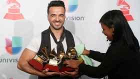 Luis Fonsi acomoda sus cuatro Grammys Latino.