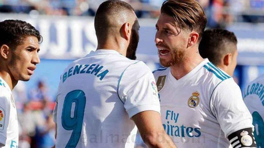 Ramos y Benzema hablando en el partido