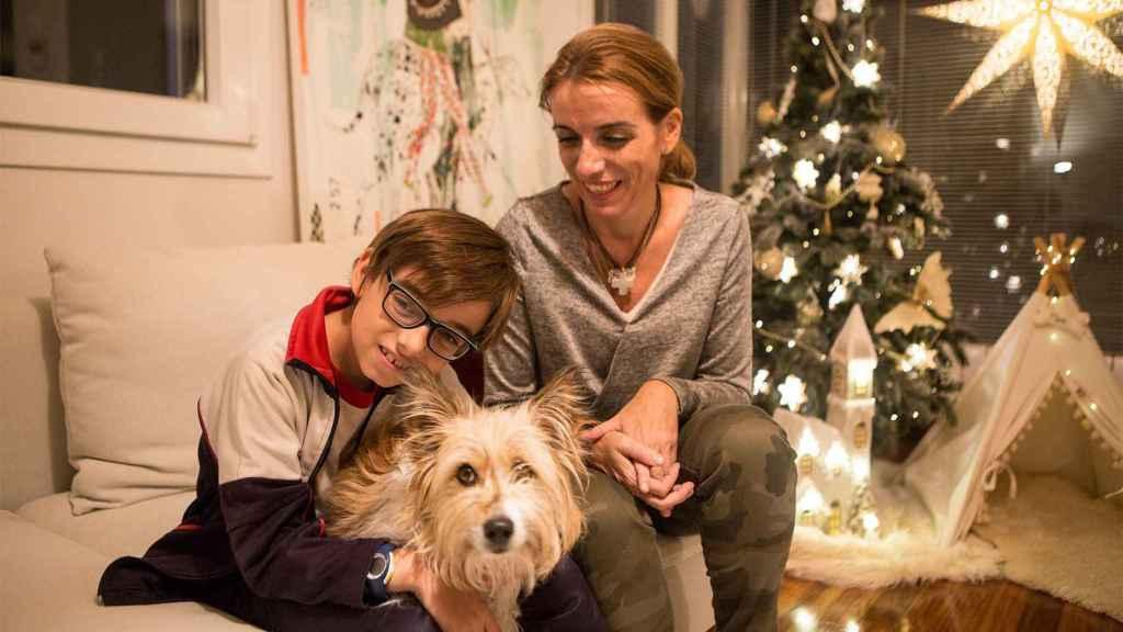 Macarena Hormaechea mira a su hijo Nicolás que abraza a su perro salvador Max.